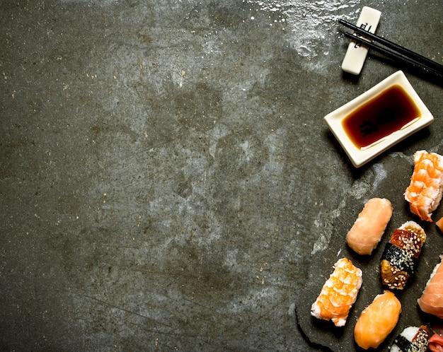 Sushi com molho de soja. na mesa de pedra.