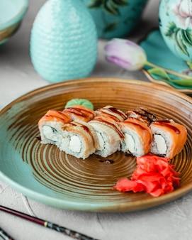 Sushi com molho especial de gengibre e wasabi