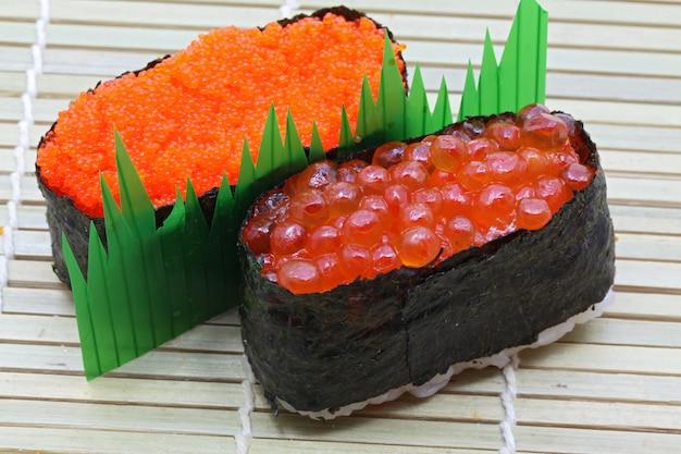 Sushi com ovos de peixe