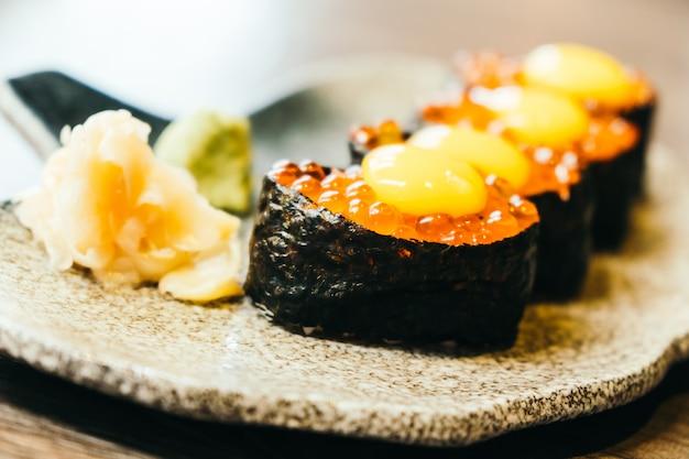 Sushi com ovos de salmão