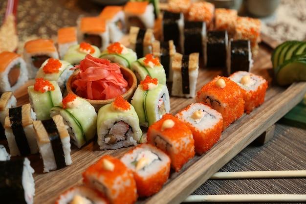 Sushi com pepino, gengibre, wasabi e sementes de gergelim