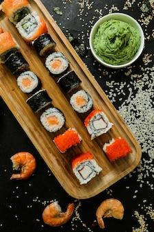 Sushi com pepino, gengibre, wasabi, molho de soja e sementes de gergelim