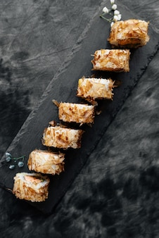 Sushi com raspas de atum