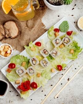 Sushi com salada