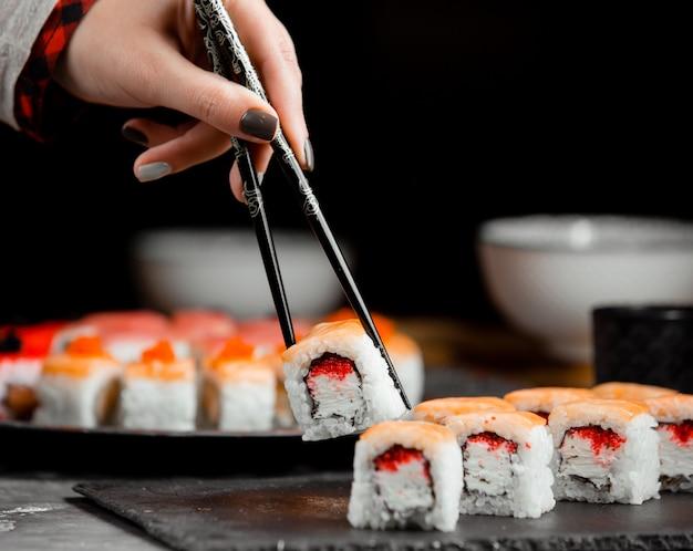 Sushi com salmão e arroz
