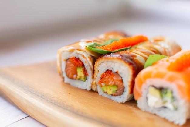 Sushi com salmão e enguia