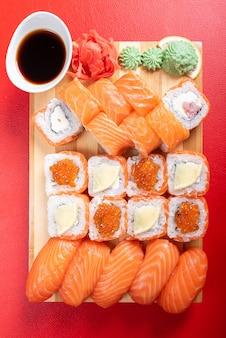 Sushi com salmão. filadélfia., com caviar. com gengibre e wasabi. para qualquer propósito.