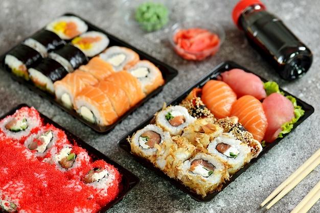 Sushi com salmão, queijo de pasta mole, atum, enguia defumada