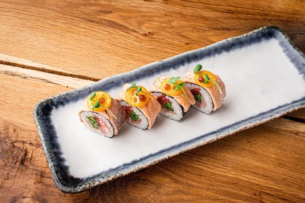 Sushi com sementes de gergelim, close-up