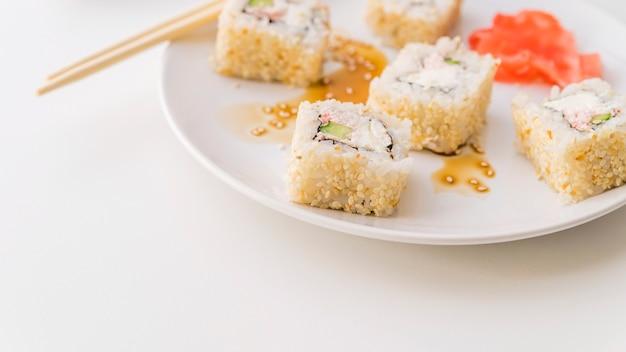 Sushi com sementes de gergelim em um prato