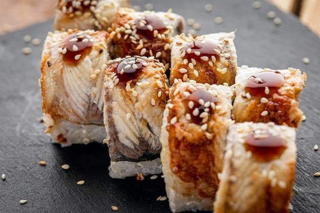 Sushi com sementes de gergelim