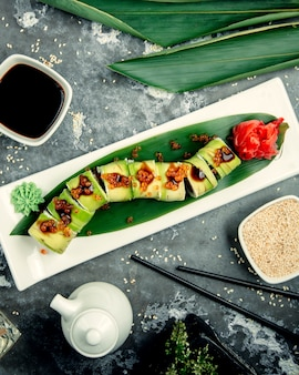 Sushi com vista superior de gengibre