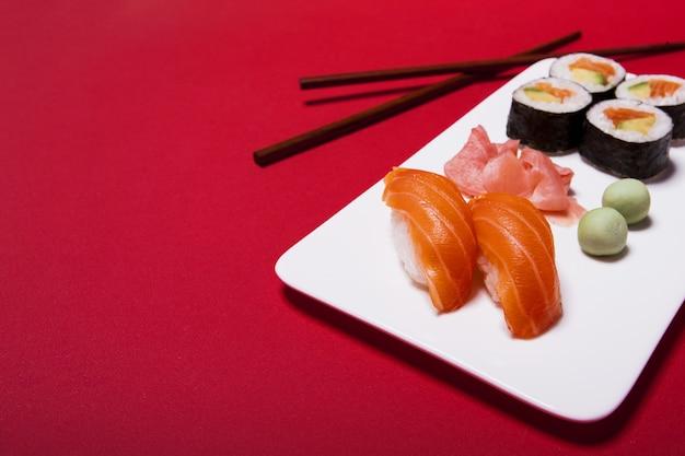 Sushi com wasabi e gengibre