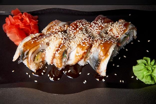 Sushi conjunto com wasabi e gengibre em uma bandeja.