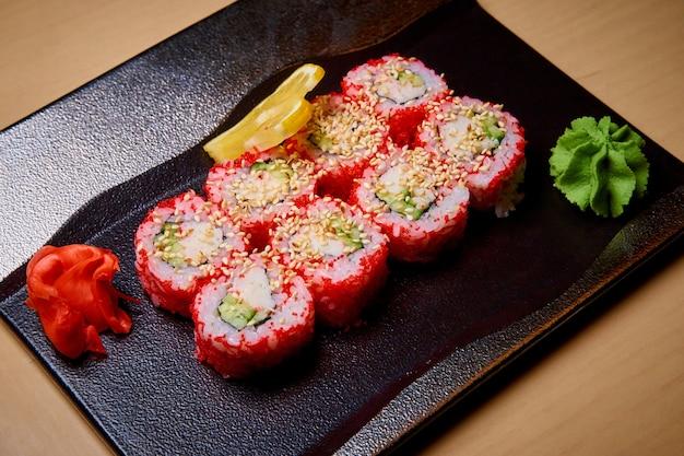 Sushi conjunto com wasabi, gengibre e limão.