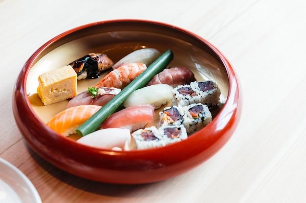Sushi conjunto de almoço, incluindo salmão, atum rabilho, lula, camarão, hamachi, unagi e tamagoyaki.