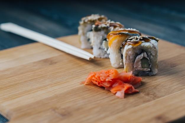 Sushi conjunto de pauzinhos de gengibre vermelho entrega culinária japonesa