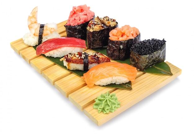 Sushi conjunto de rolos na placa de bambu
