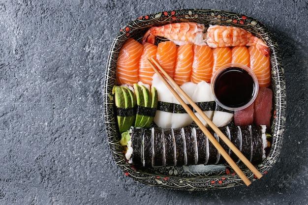 Sushi conjunto nigiri e rolos