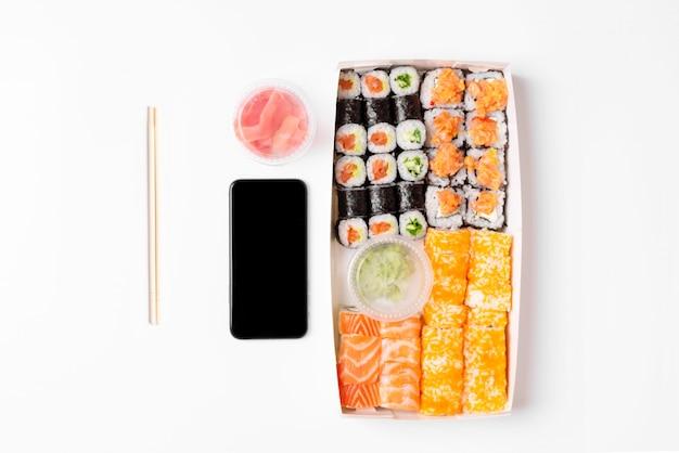 Sushi conjunto rola fundo branco