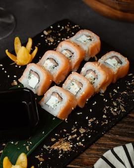Sushi da filadélfia com salmão no quadro negro