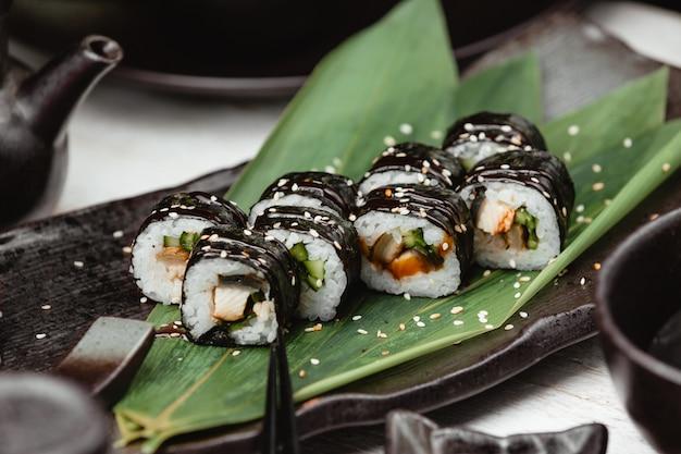 Sushi de arroz preto