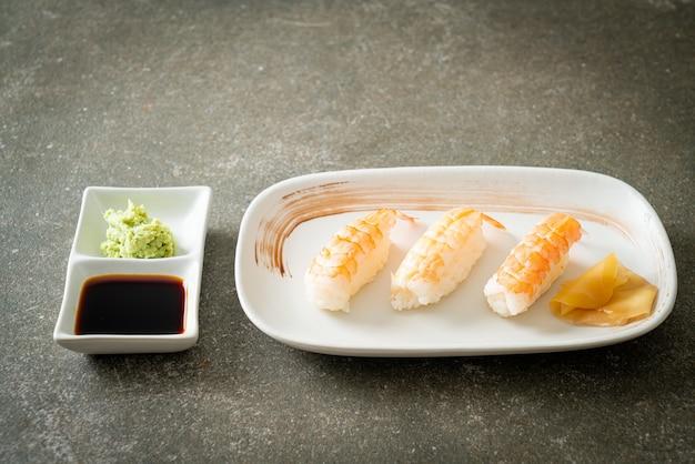 Sushi de camarão ou ebi nigiri sushi - comida japonesa