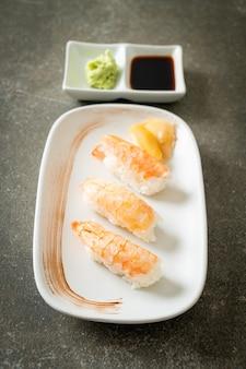 Sushi de camarão ou sushi ebi nigiri - comida japonesa
