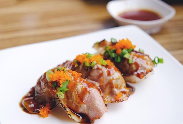Sushi de carne assada