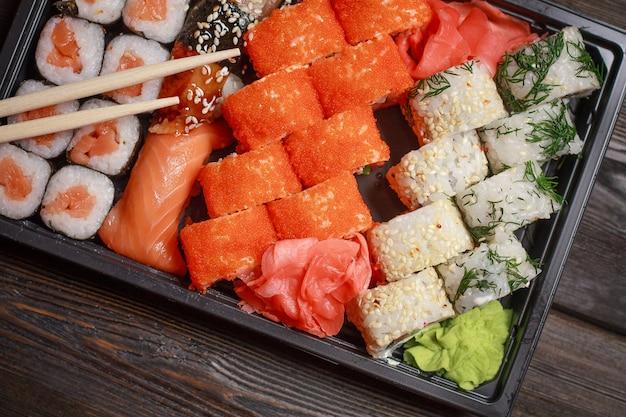 Sushi de comida asiática e rolos em quarentena em auto-isolamento, entrega de comida em casa