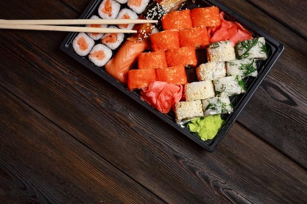 Sushi de comida asiática, entrega de comida em casa