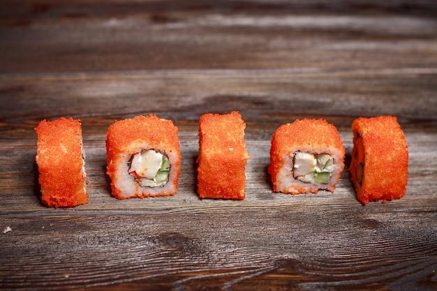 Sushi de comida asiática na mesa de madeira