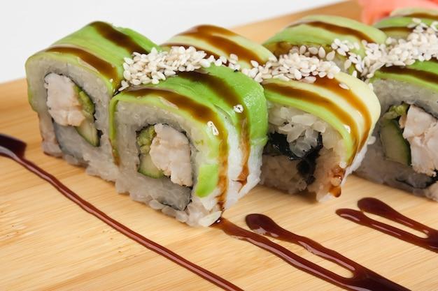 Sushi de comida asiática na placa de madeira