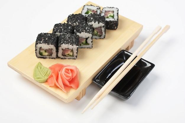 Sushi de comida asiática tradicional na placa de madeira