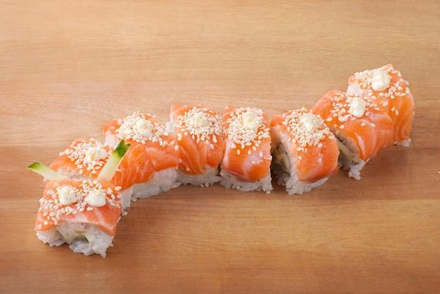 Sushi de comida tradicional japonesa. closeup sushi japonês na placa de madeira