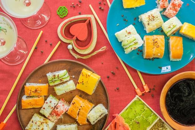 Sushi de culinária japonesa em guardanapo vermelho no café da manhã festivo