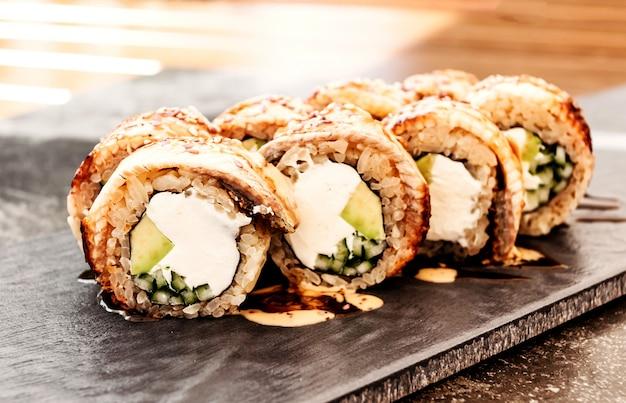 Sushi de filadélfia com enguia japonesa, cozinha pan-asiática, menu