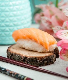 Sushi de frango aberto na placa de madeira