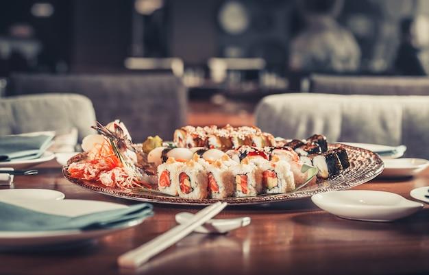 Sushi de frutos do mar japonês. conceito de comida e bebida