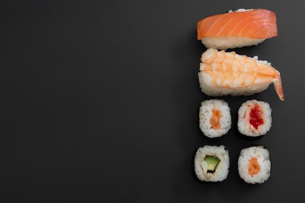 Sushi de frutos do mar japonês definido no preto