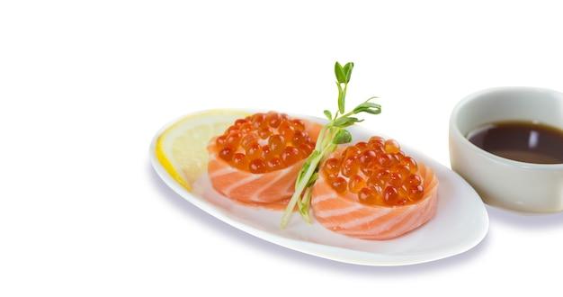 Sushi de ovas de salmão em fundo branco
