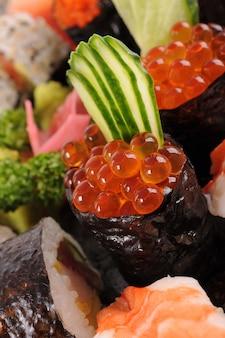 Sushi de ovos de salmão com prato de sushi assorted
