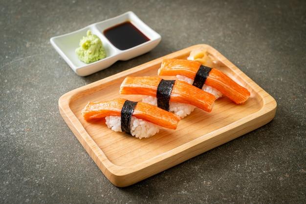 Sushi de palito de caranguejo em prato de madeira - comida japonesa