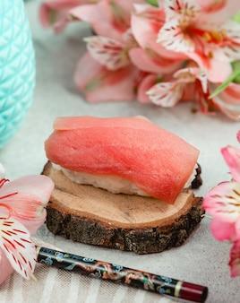 Sushi de peixe aberto com arroz