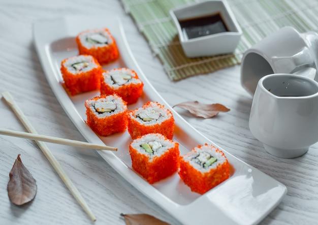 Sushi de peixe com arroz e caviar vermelho