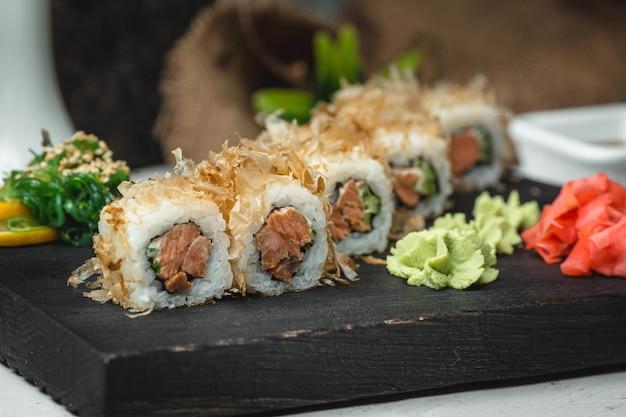 Sushi de peixe com gengibre e wasabi