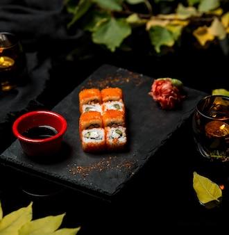Sushi de peixe fresco com caviar vermelho