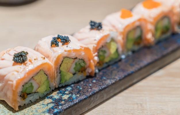 Sushi de rolha de salmão