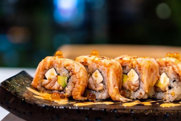 Sushi de rolo de salmão