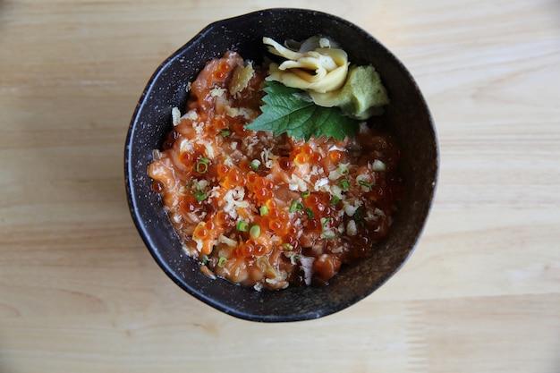 Sushi de salmão em fundo de madeira